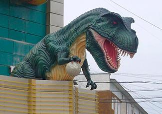 Скульптура динозавра из пенопласта