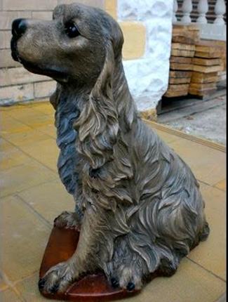 Статуя собаки из бетона