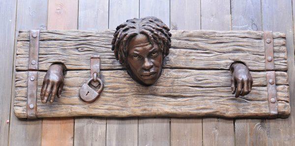 Скульптура из пенопласта и стеклопластика: Рабы в колодках