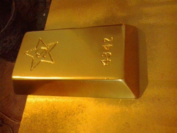 Скульптура из пенопласта и стеклопластика: Золотые слитки