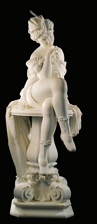Скульптура женщины из белого мрамора