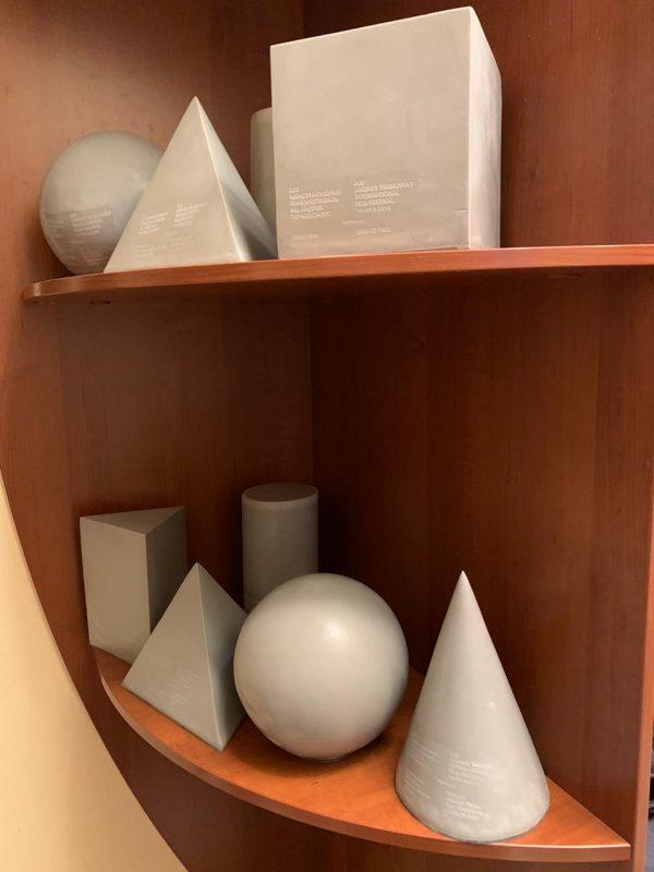 """Скульптура из пенопласта и стеклопластика: Призы для международного кинофестиваля """"Зеркало"""""""