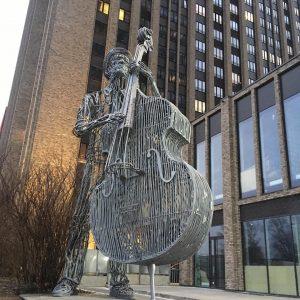 Скульптура из проволоки: Контрабасист