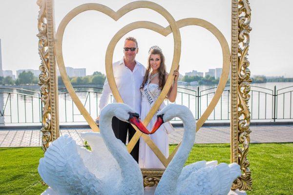 Скульптура на заказ: Лебеди в рамке