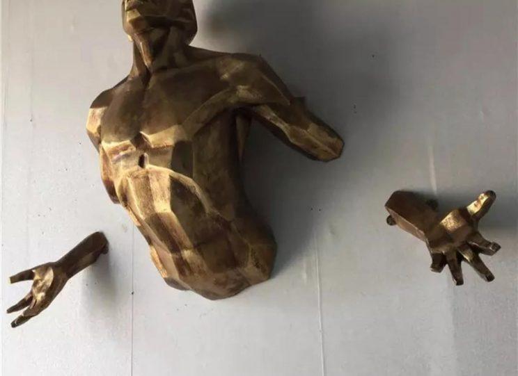 Скульптура из стеклопластика: Золотой Атлант