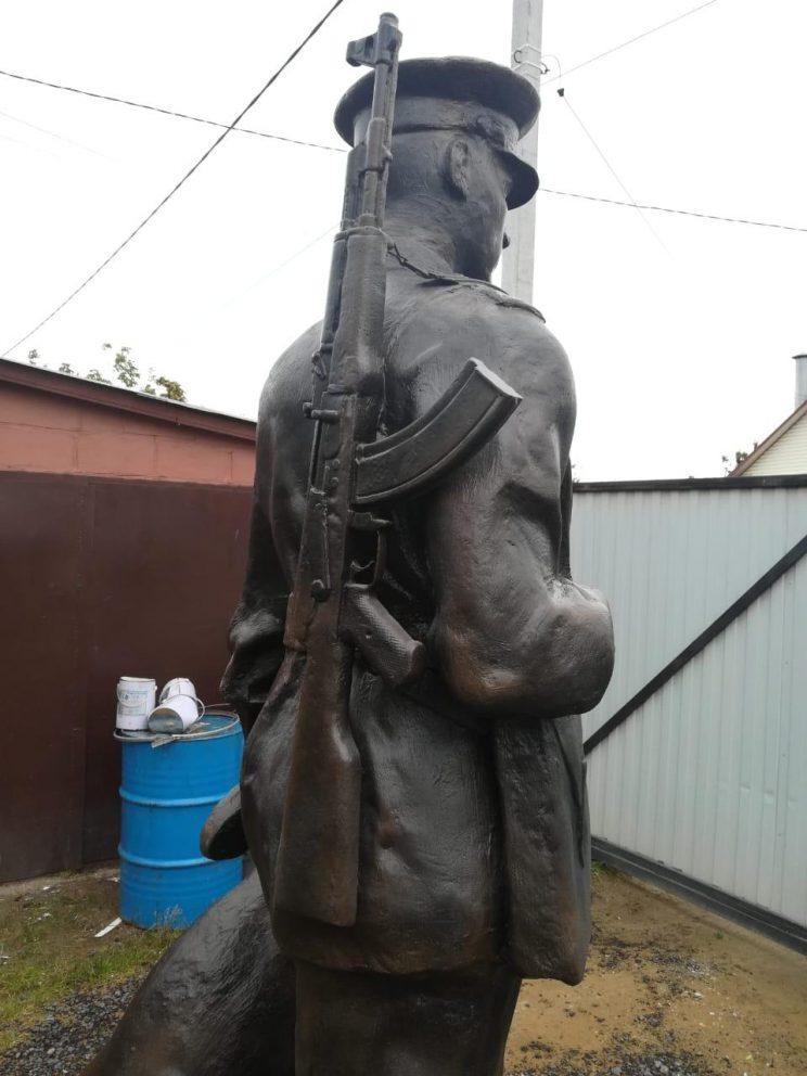Скульптура из пенопласта и стеклопластика: пограничник с собакой