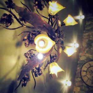 Кованые изделия: светильник с металлическим декором
