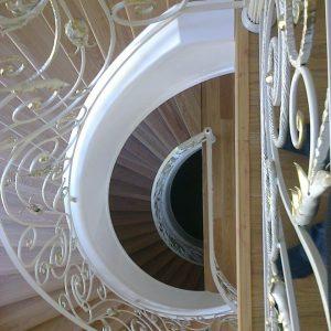 Кованые изделия: лестница в частный дом