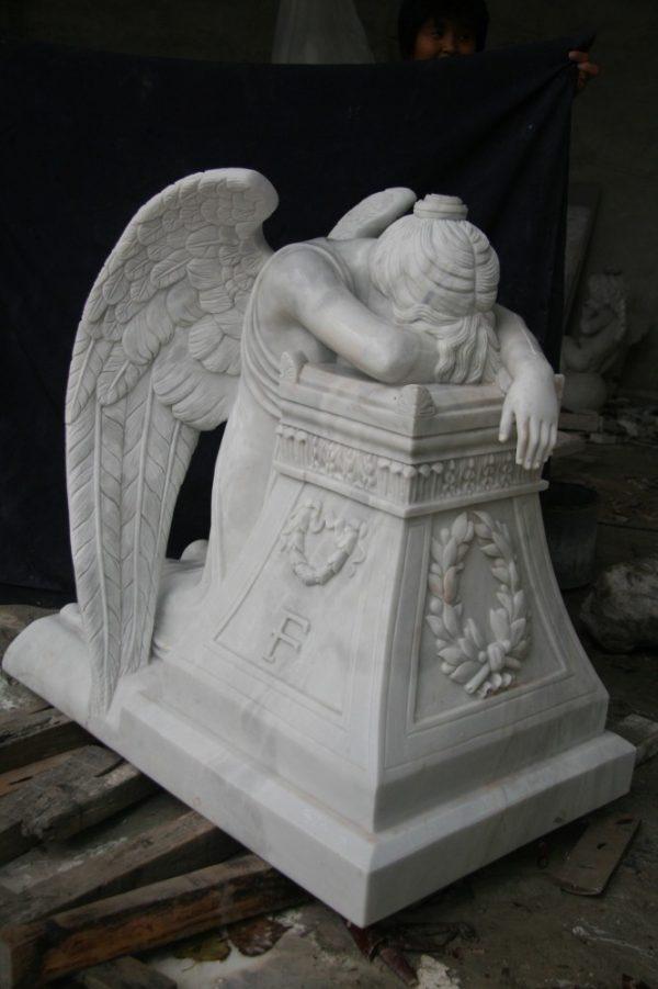 Скульптура из мрамора: Статуя плачущего ангела