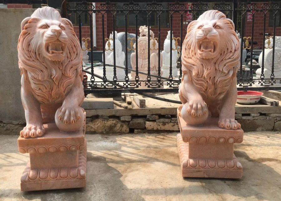Скульптура из мрамора: Лев из красного мрамора