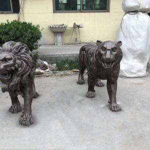 Статуя из бронзы: Леопард