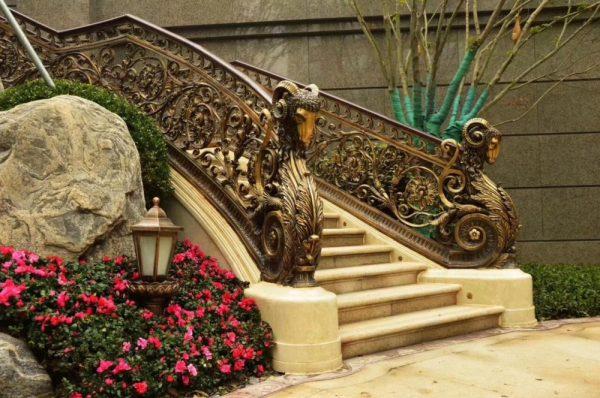 Скульптура из бронзы: Лестничные ограждения