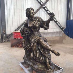 Статуя из бронзы: Девушка с корзиной