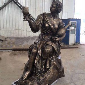 Статуя из бронзы: Девушка с кувшином