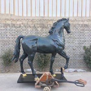 Статуя из бронзы: Лошадь