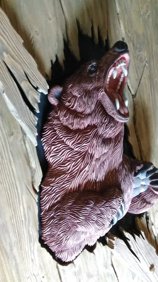 Деревянная скульптура: Дверь с барельефом медведя