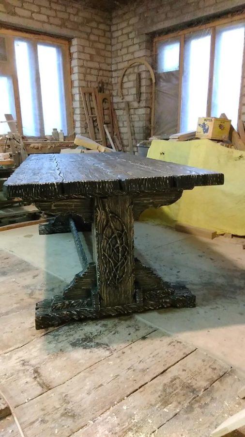 Деревянная мебель: Резные стол и стулья. Гарнитур