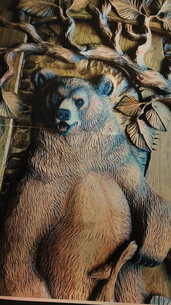Деревянная скульптура: Барельеф с медведем из дерева
