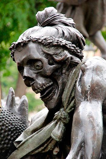 Странные и пугающие статуи