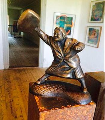 """Скульптура """"Женщина с сумкой"""""""