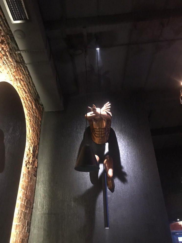 Скульптура из стеклопластика: Атлант из стены.