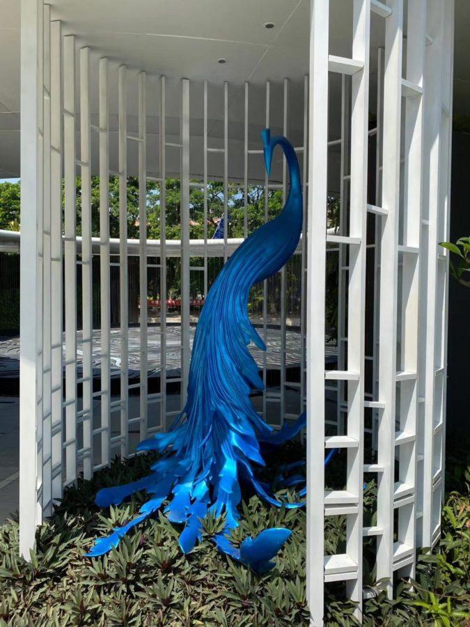 Скульптура из стеклопластика: Скульптура белого павлина