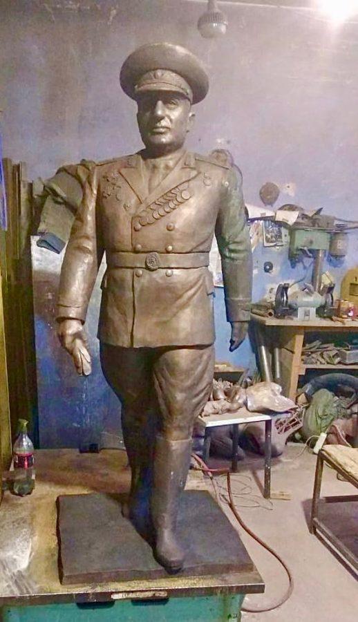 Скульптура из бронзы в полный рост: Военный офицер