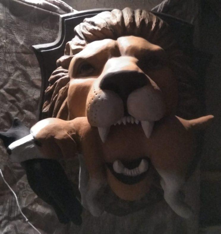 Скульптура из пенопласта: Голова льва с добычей
