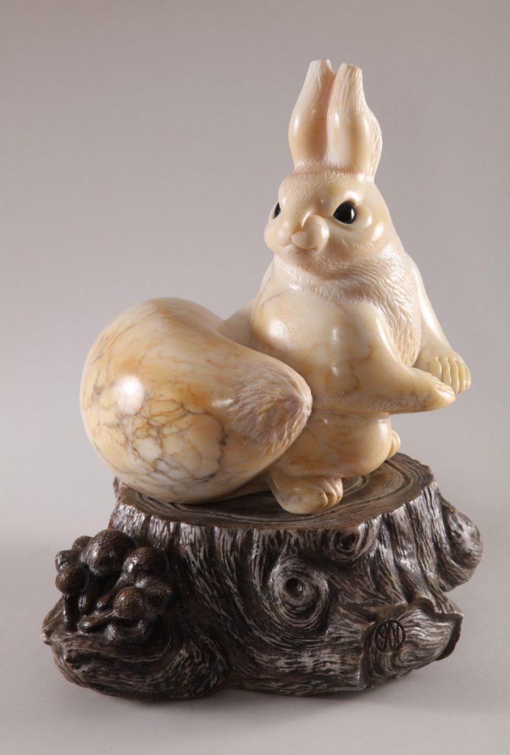 Скульптуры из ангидрита и кальцита: Белка в лесу