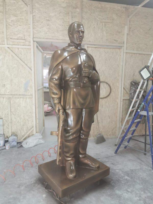 Скульптура из стеклопластика: Солдат Великой Отечественной Войны.