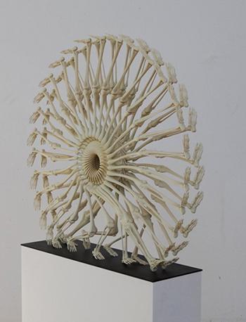 Креативные статуи из костей