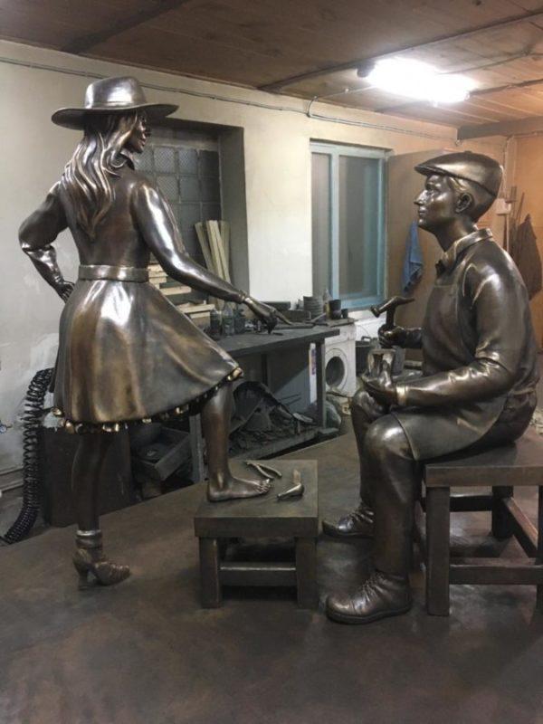 Бронзовая скульптура: «Сапожник»