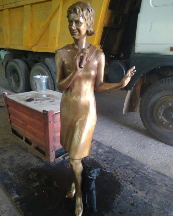 Бронзовая скульптура: Скульптура девушки