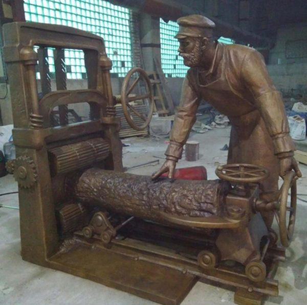 Бронзовая скульптура: Памятник мастеру по деревообработке