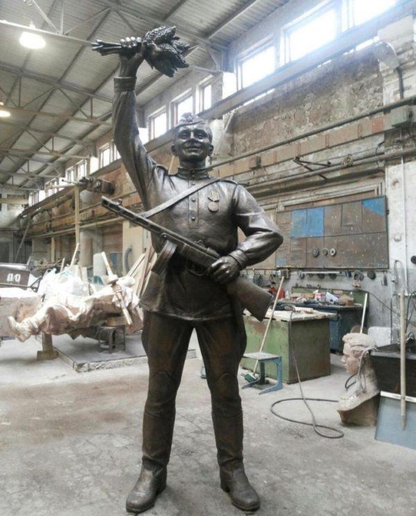 Бронзовая скульптура: Памятник народу победителю