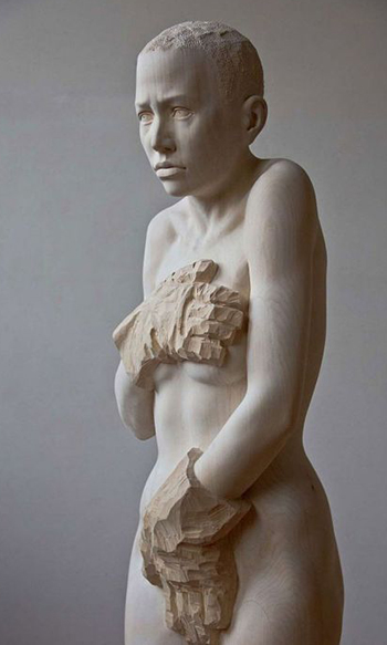 Статуи людей из дерева