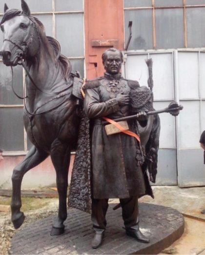 Бронзовая скульптура: Памятник полководцу