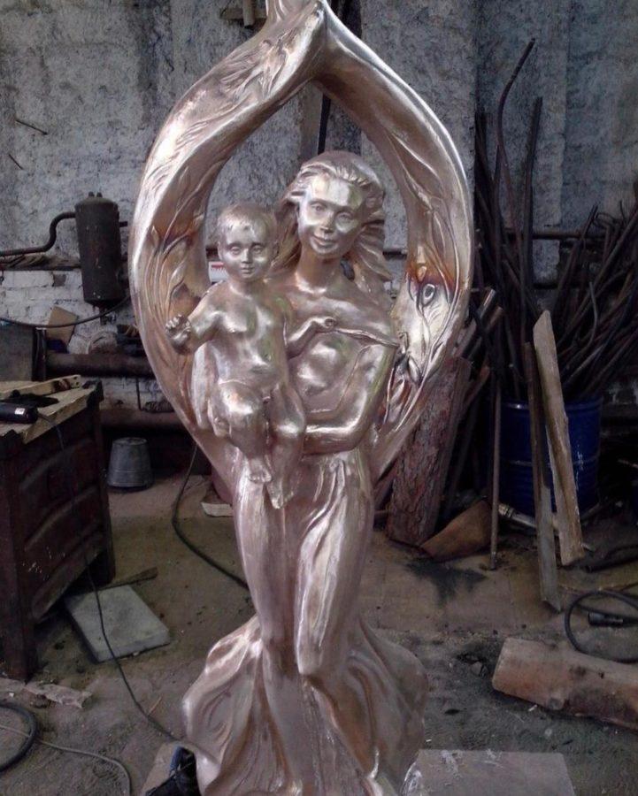 Бронзовая скульптура: Памятник матери и ребенку