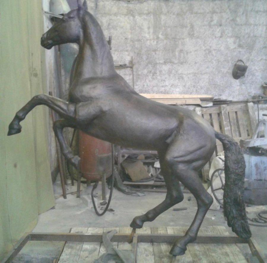 Бронзовая скульптура: Памятник лошади