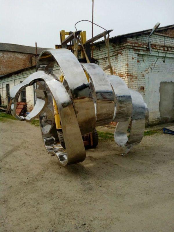 Скульптура: Нержавеющая сталь, полированная в зеркало