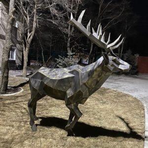 Скульптура: Полигональный олень из металла