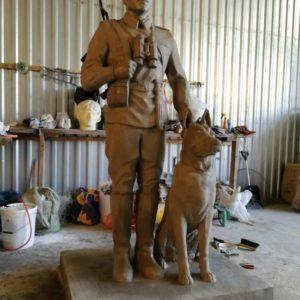 """Скульптура из бетона: """"Пограничник с собакой"""""""