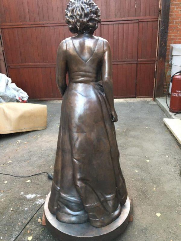 Скульптура: Портретная скульптура женщины в полный рост